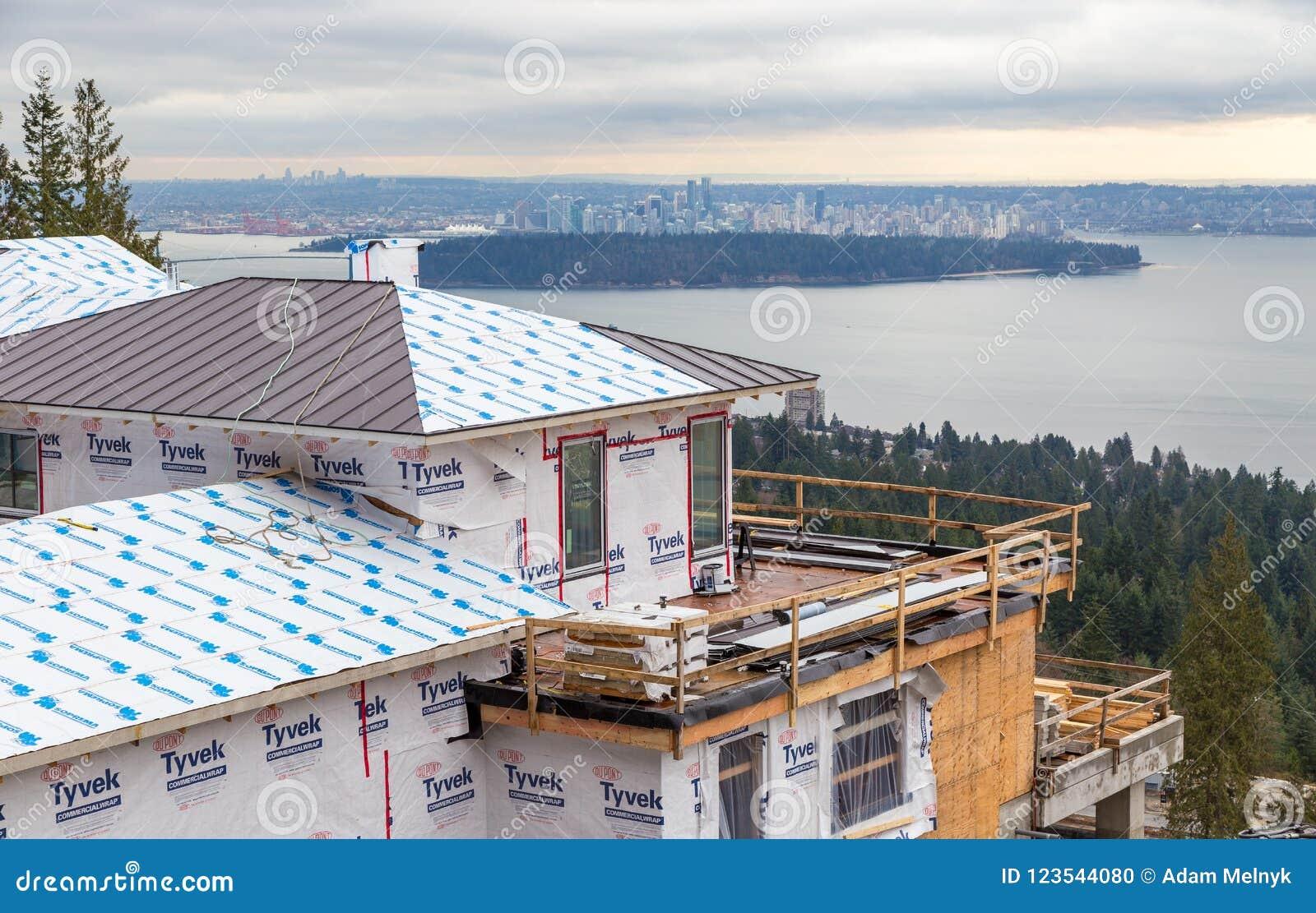 VÄSTRA VANCOUVER, F. KR., KANADA - FEBRUARI 10, 2016: Nytt hem som byggs i västra rekvisita för britt för Vancouver ` s Området f