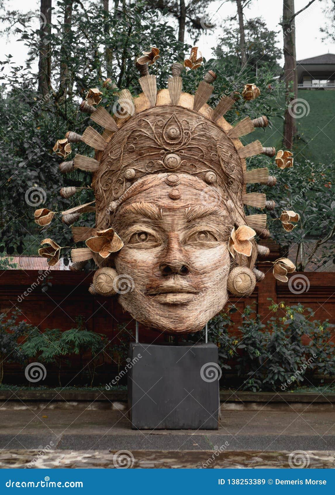 Vävd skulptur på Tirta Empul, Ubud, Bali