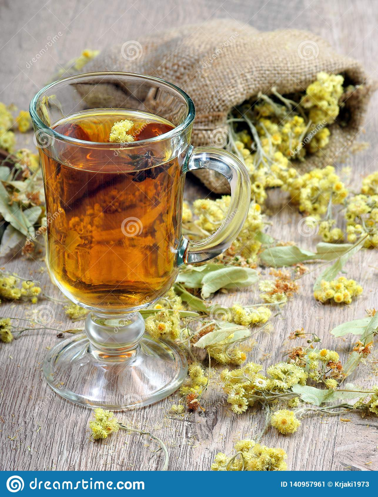 Växt- honungtea för kopp medicinal örtar Närbild bot för influensa och förkylning