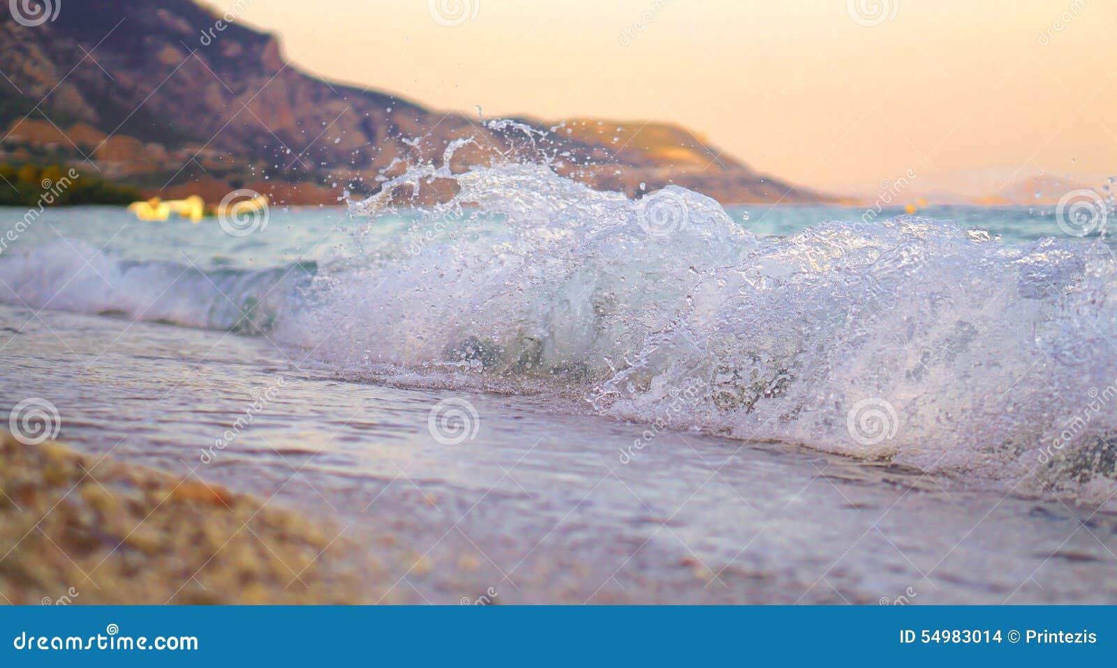 Våg som krossar på stranden