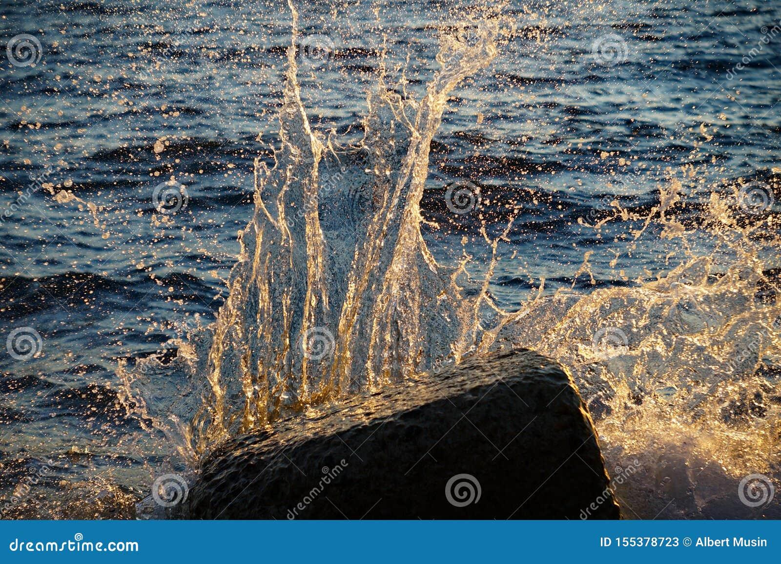 Vågor och bristningar, färgstänk och ilsken blick, solnedgångar och soluppgångar av Blacket Sea