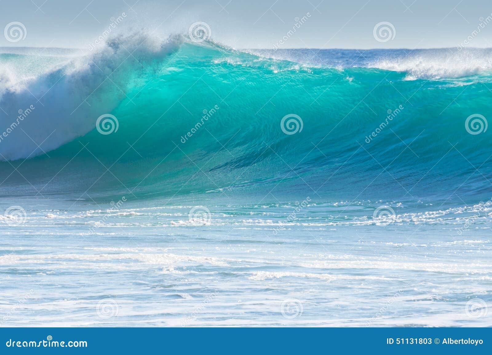 Vågor som bryter på kusten av madeiran