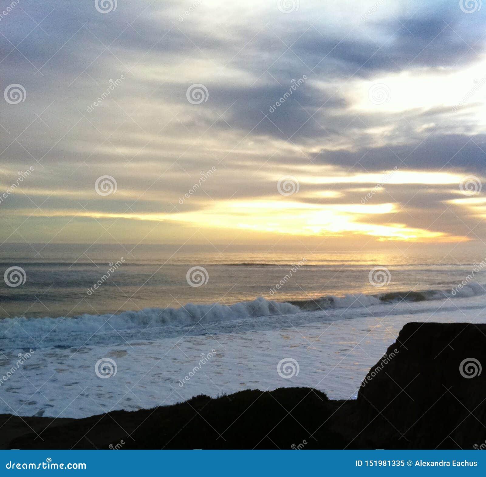 Vågor som bryter på It& x27; s-strand, Santa Cruz