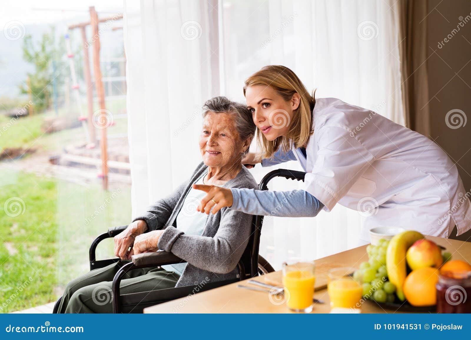 Vård- besökare och en hög kvinna under hem- besök
