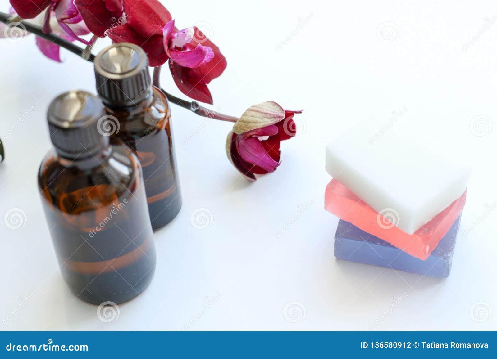 Vård- produkter och skönhetsmedel Växt- och mineralisk hudomsorg En krus av olja, mörka kosmetiska flaskor utan en etikett Spa st