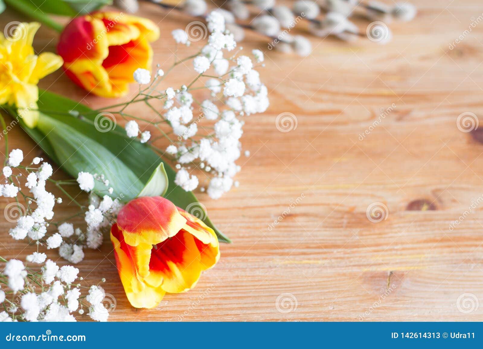 Våren easter blommar garnering på träbakgrund med fritt utrymme