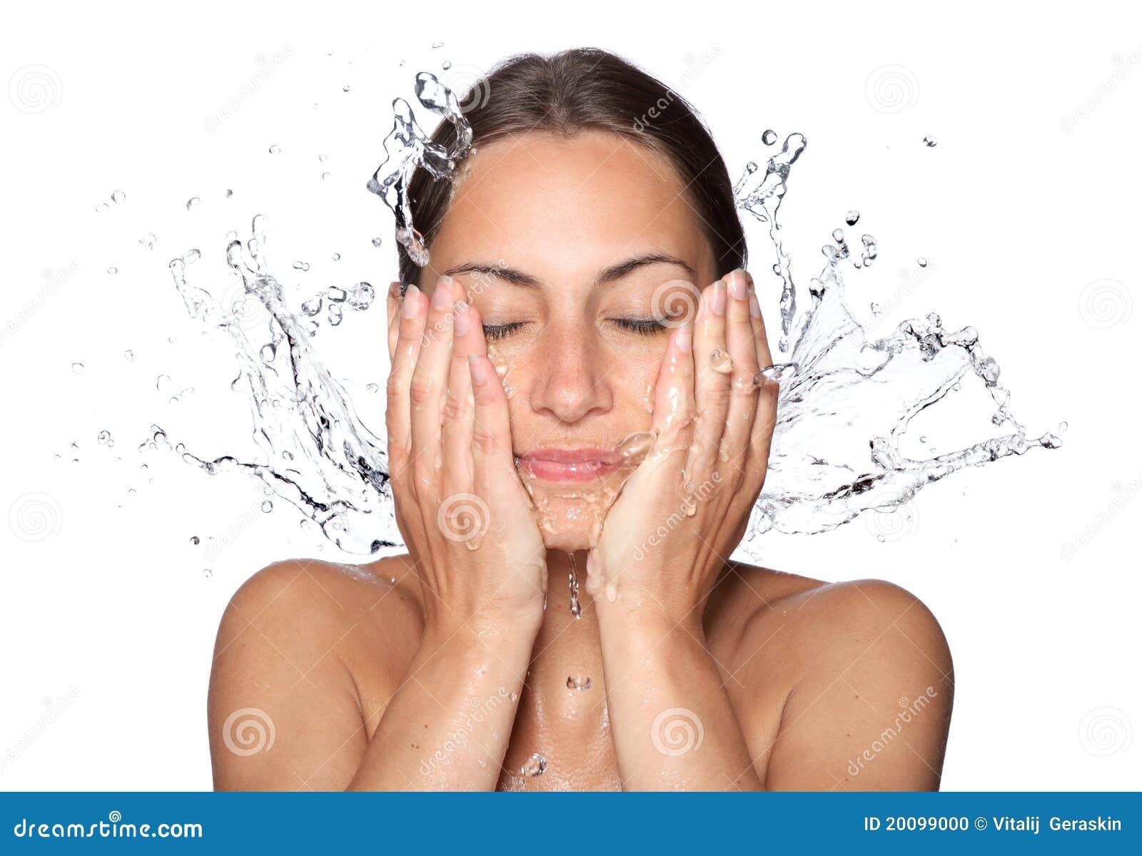 Våt kvinna för härligt droppframsidavatten