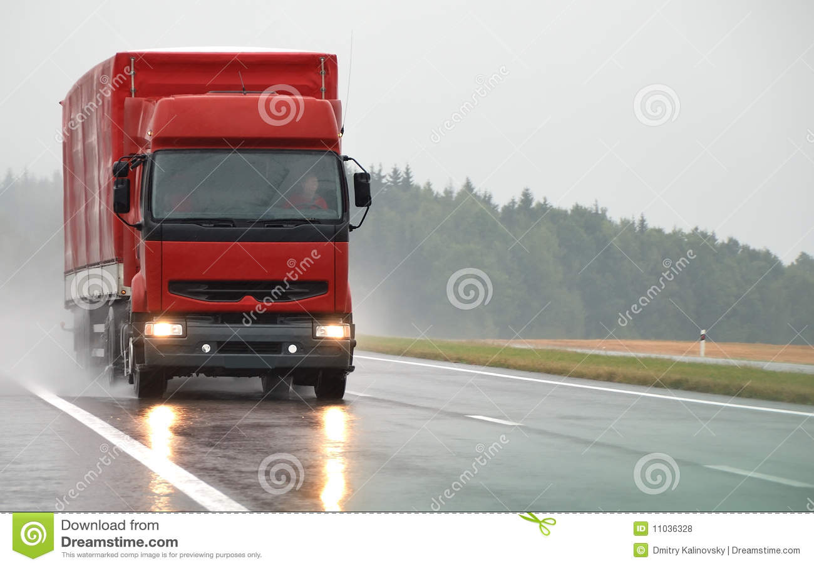 Våt röd väg för lorry
