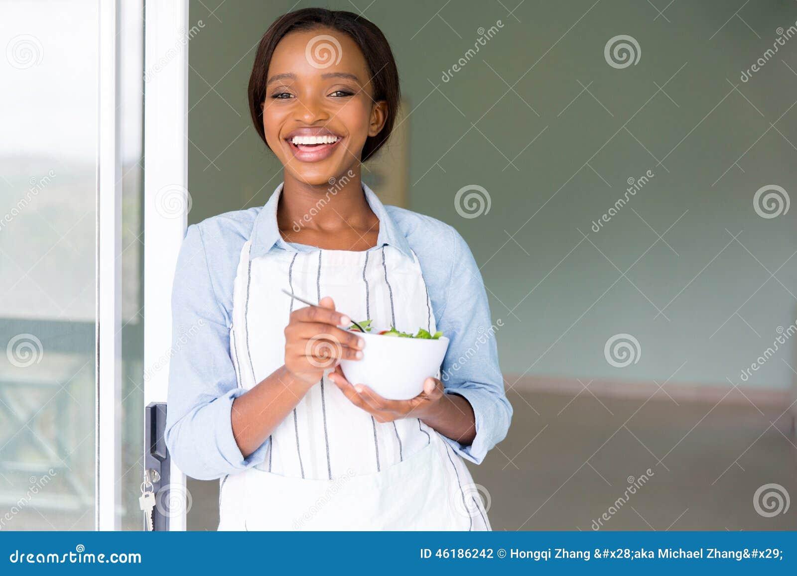 Végétarien mangeant de la salade