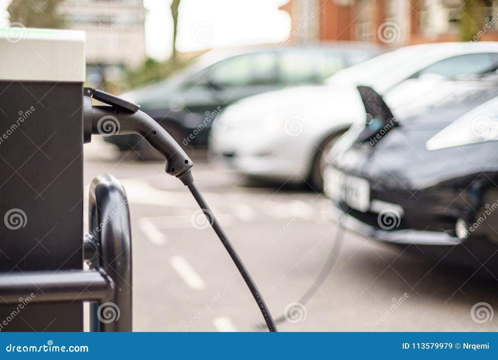 Véhicule électrique chargeant sur la rue, au R-U