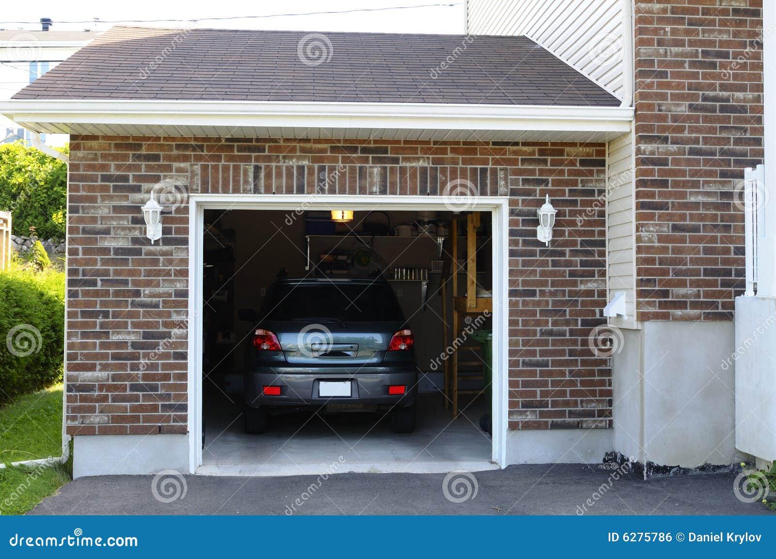 Véhicule dans le garage
