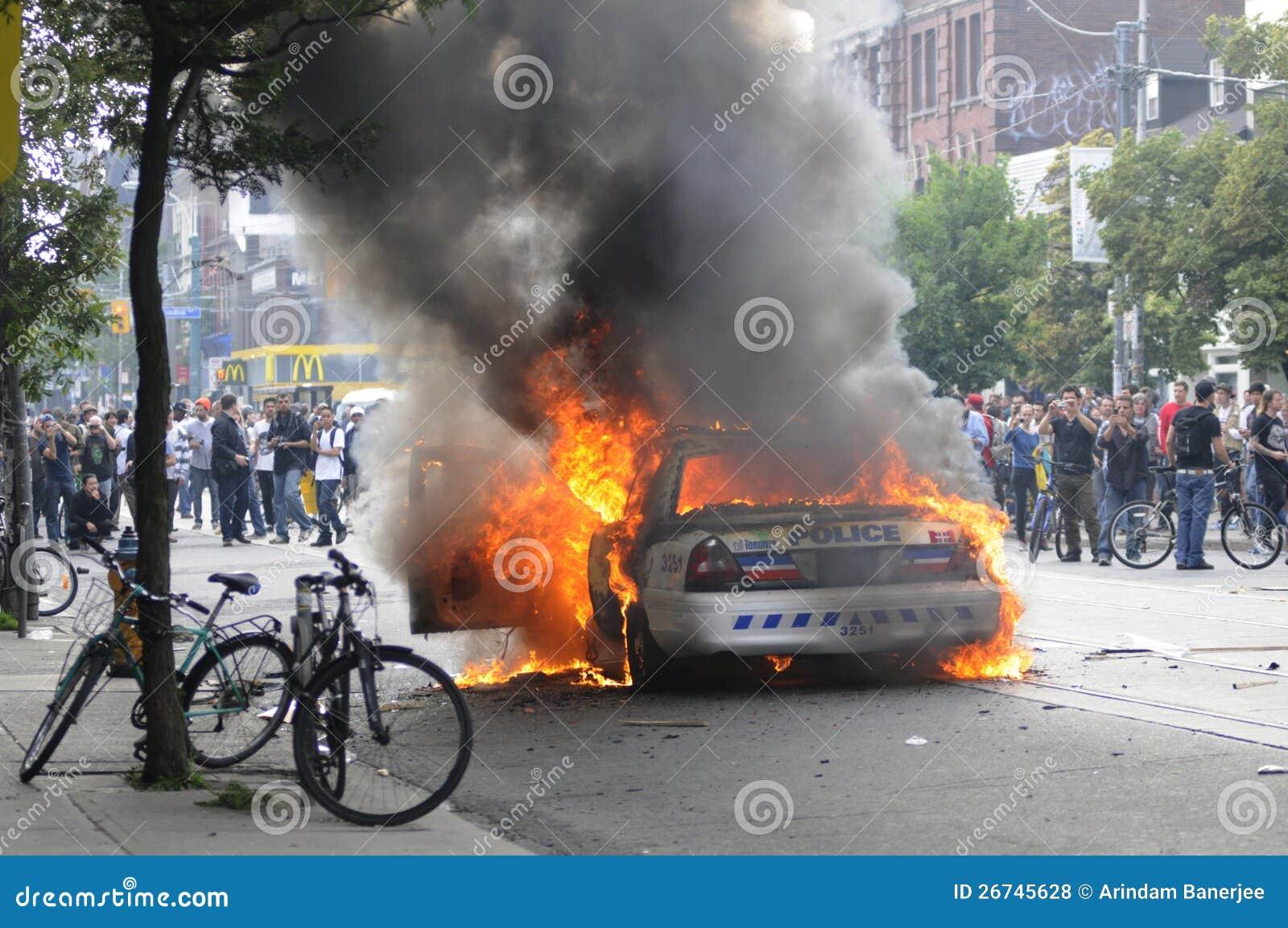 Véhicule de police brûlant.