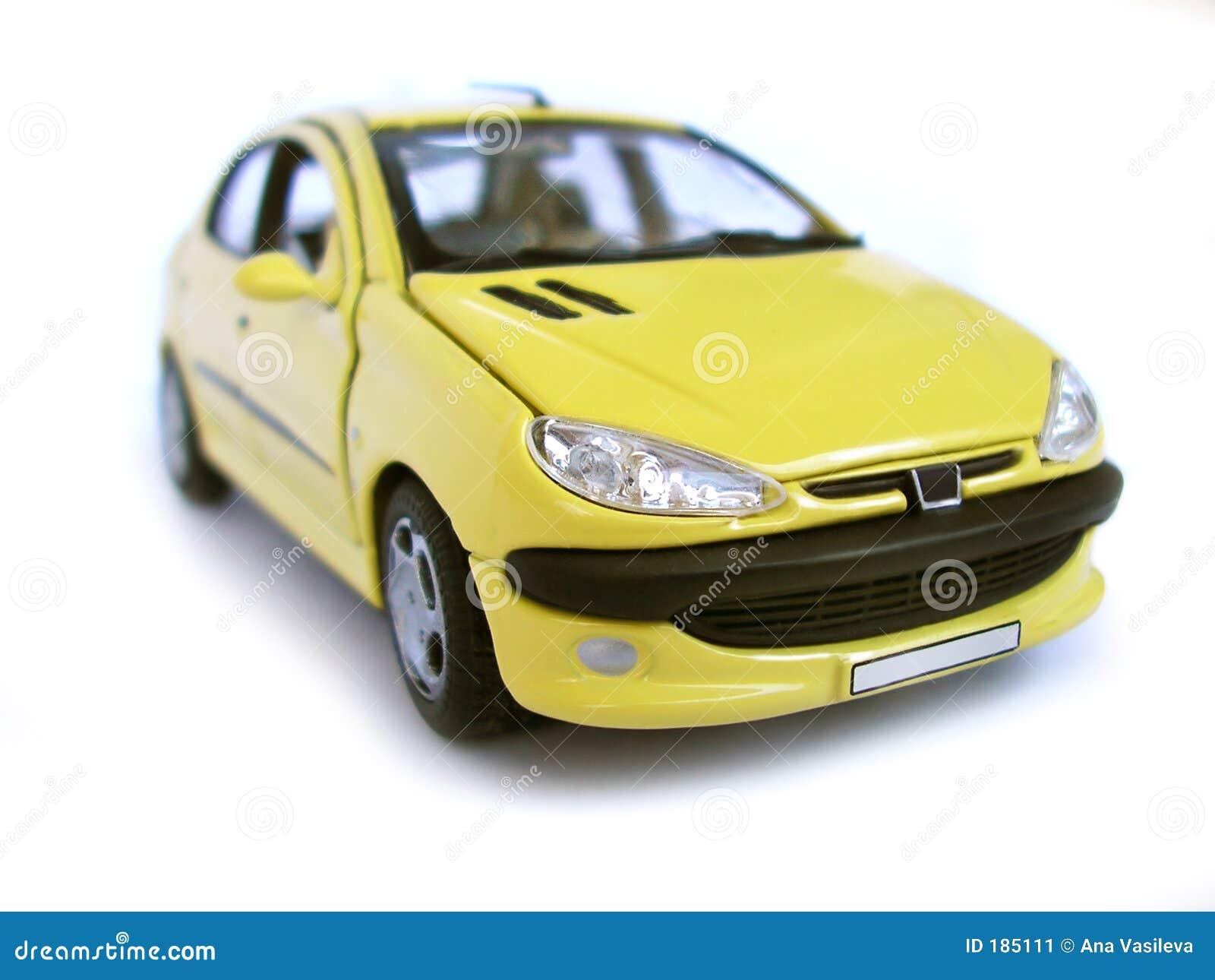 Véhicule modèle jaune - berline avec hayon arrière. Passe-temps, ramassage.