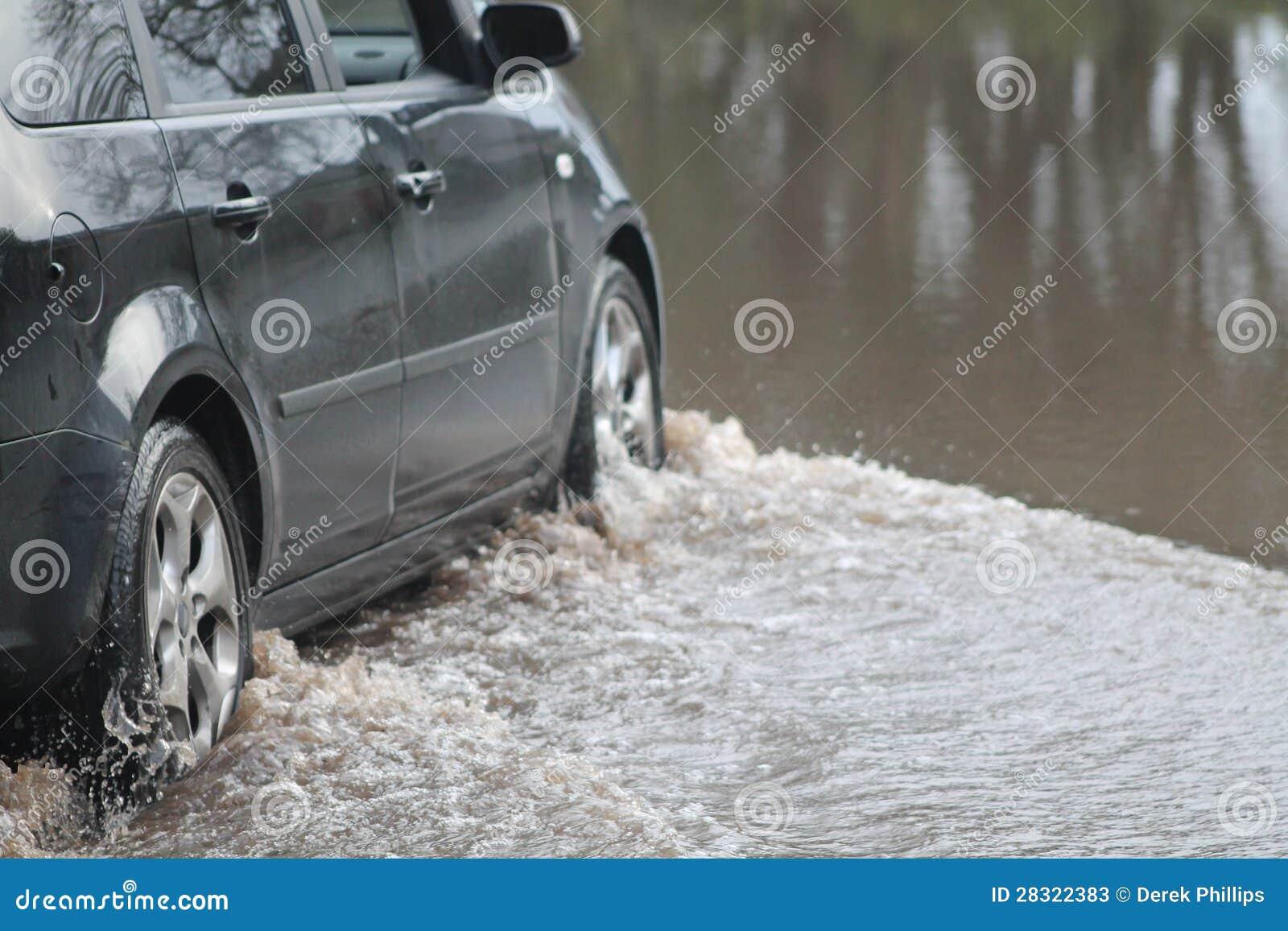 Véhicule passant par l inondation