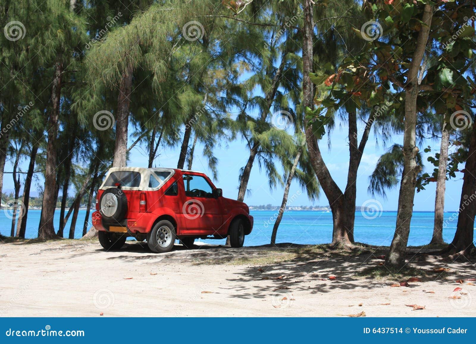 Véhicule rouge sur la plage