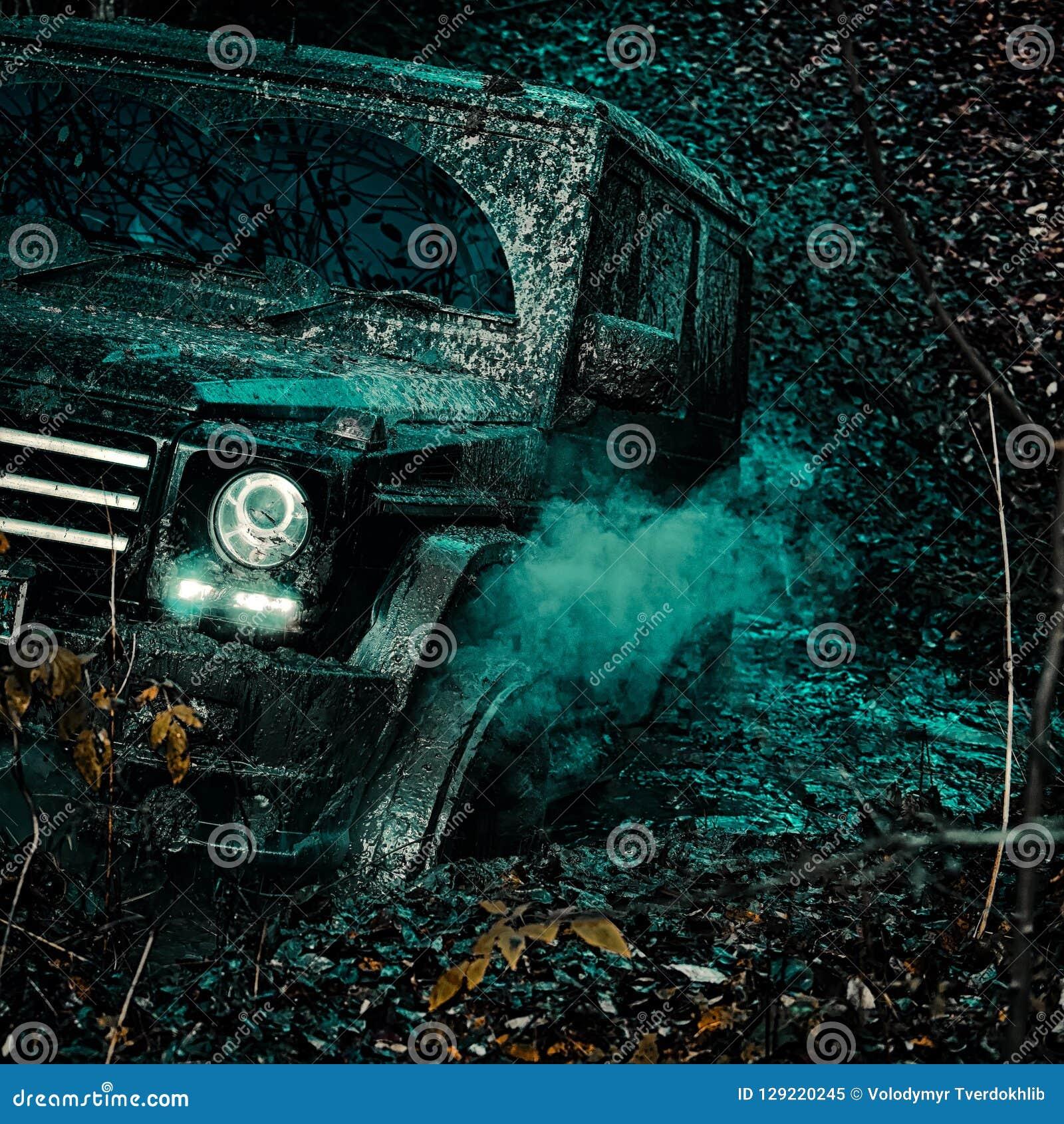 Véhicule tous terrains sortant d un risque de trou de boue Aventure de route Voyage d aventure Mudding off-roading par