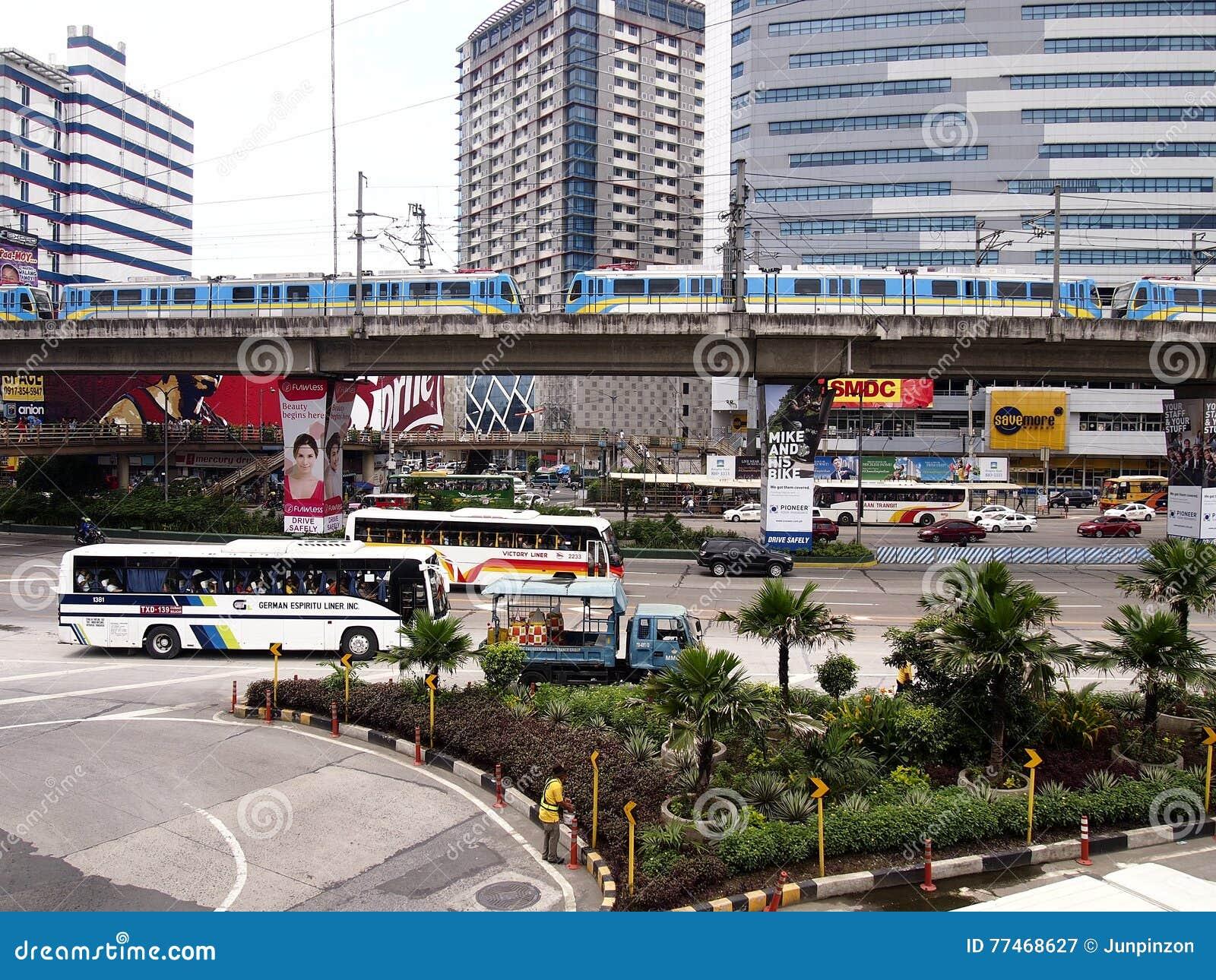 Véhicules publics et privés de transport le long d EDSA