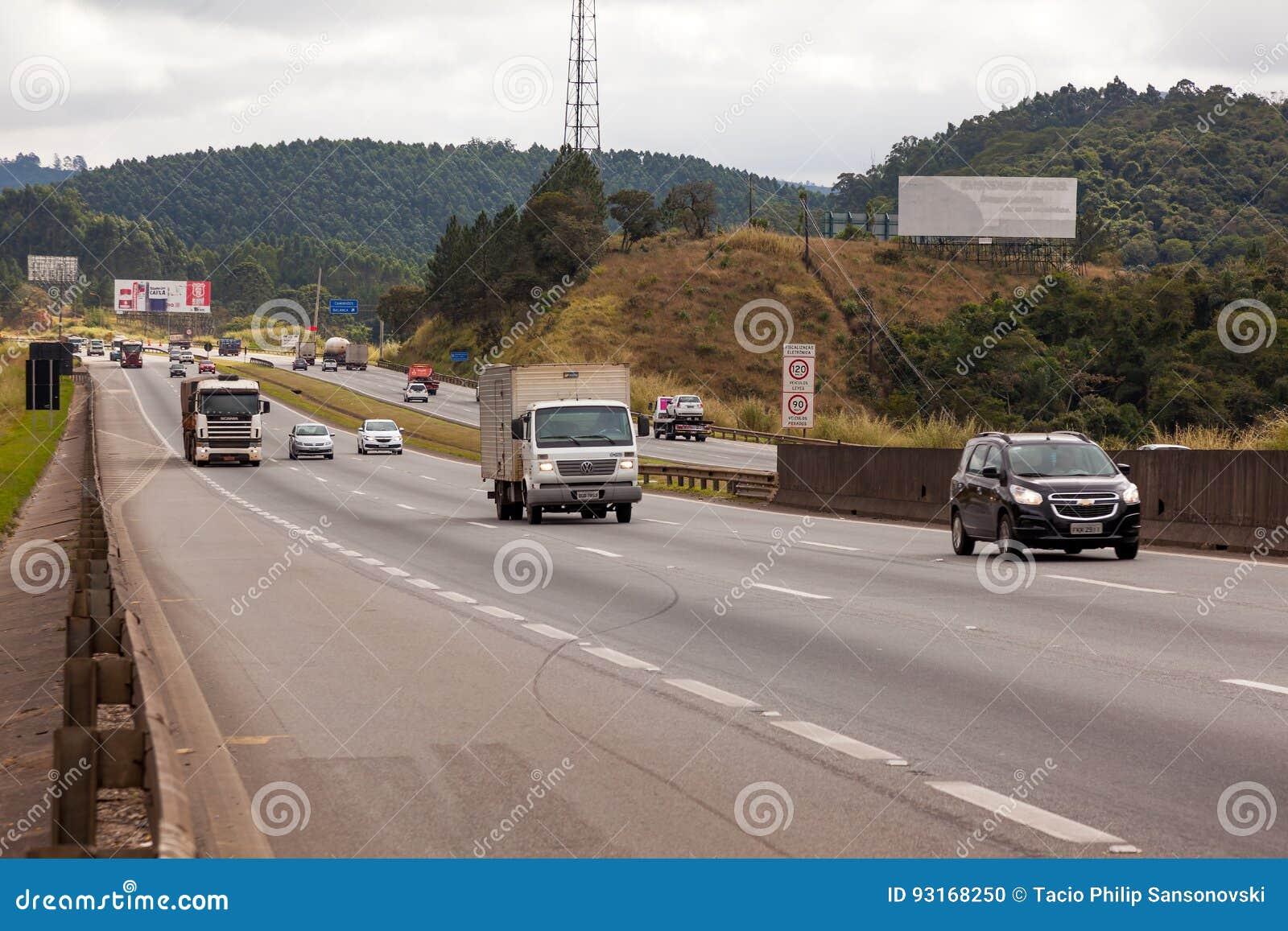 Véhicules sur la route BR-374 avec des phares dessus pendant la lumière du jour se conformant aux nouvelles lois brésiliennes de
