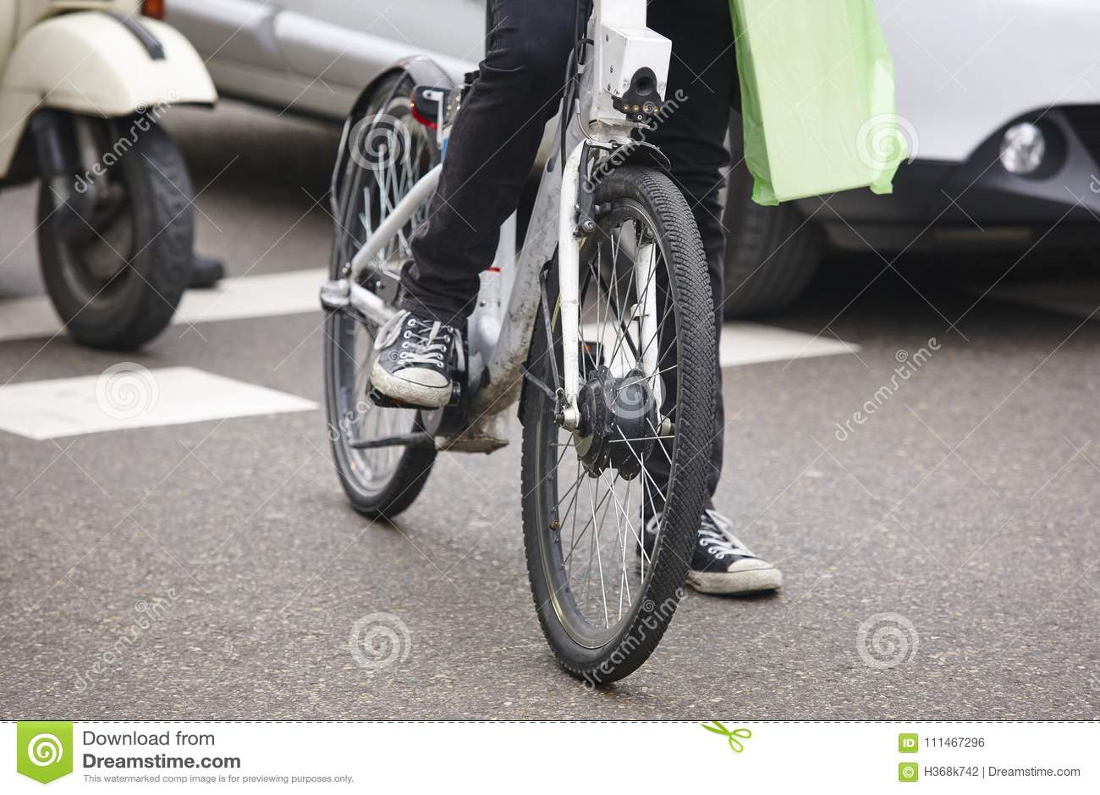 Vélo dans la ville Circulation urbaine Activité saine Pouces vers le bas pour la pollution