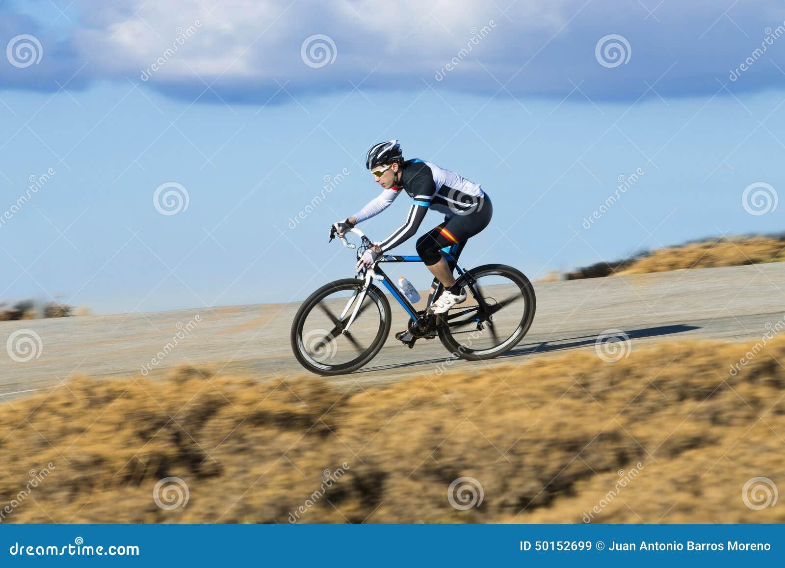 Vélo de montagne d équitation d homme de cycliste