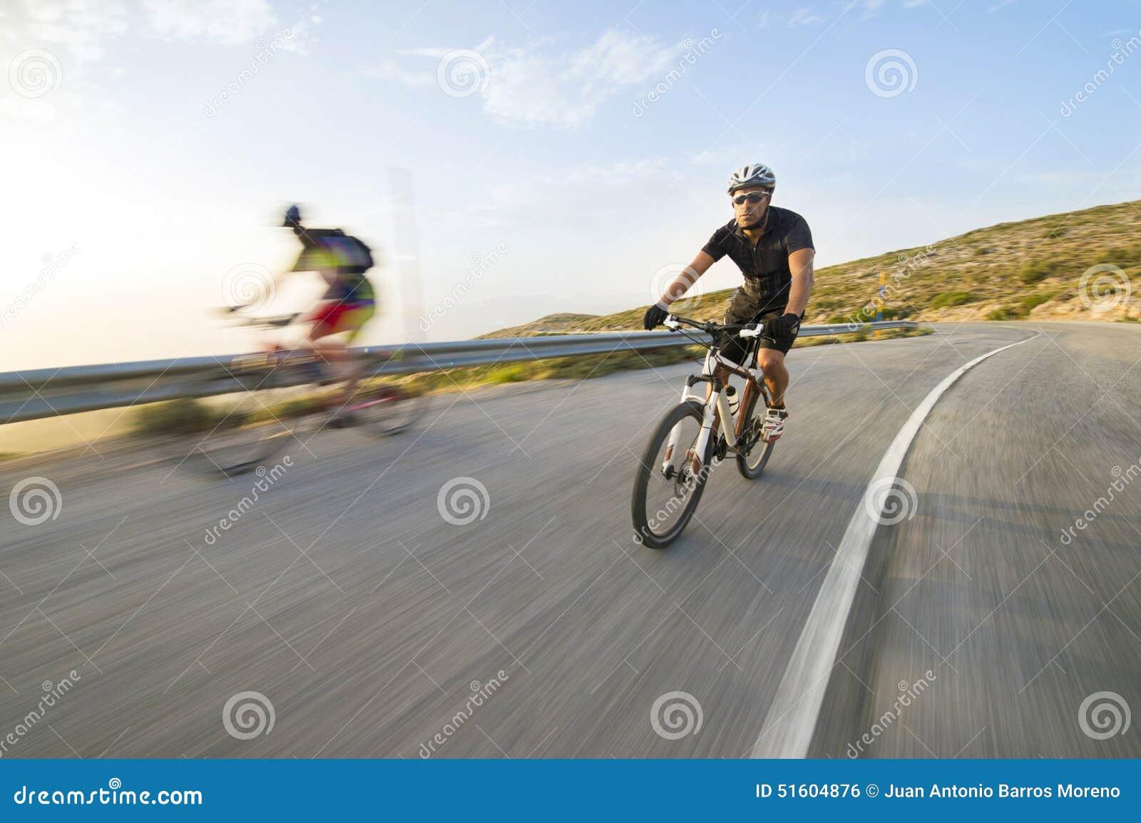 Vélo de montagne d équitation d homme de cycliste dans le jour ensoleillé