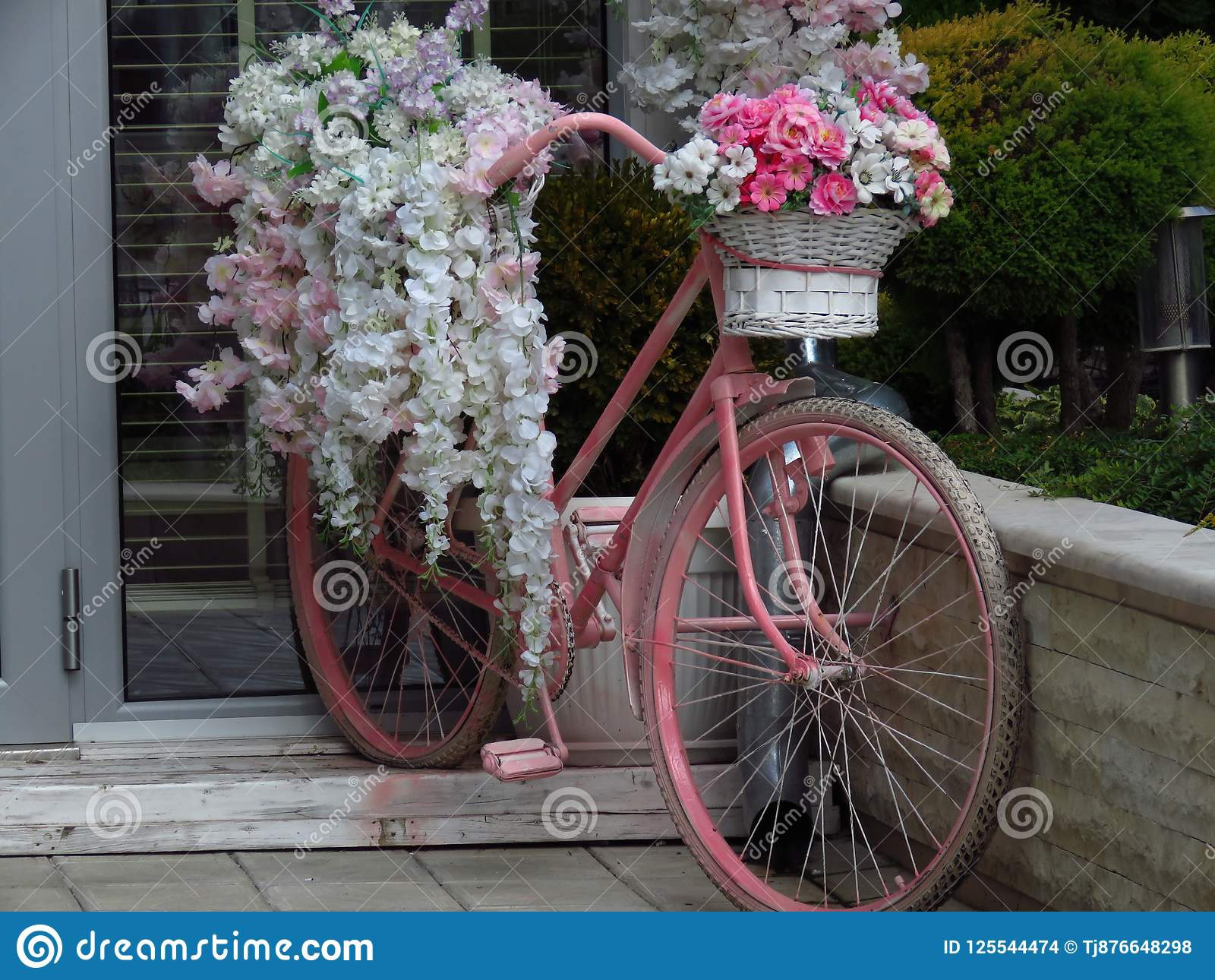 Vélo de Repurposed utilisé comme décoration de jardin avec des fleurs Récipient de fleur