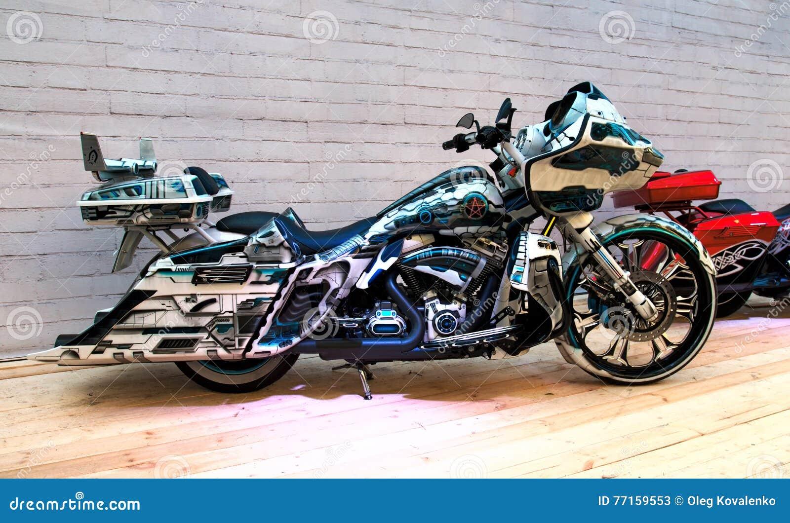 Vélo fait sur commande sur le podium de l exposition de moto
