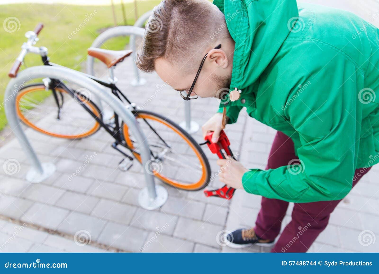 Vélo fixe de attachement de vitesse d homme de hippie avec la serrure