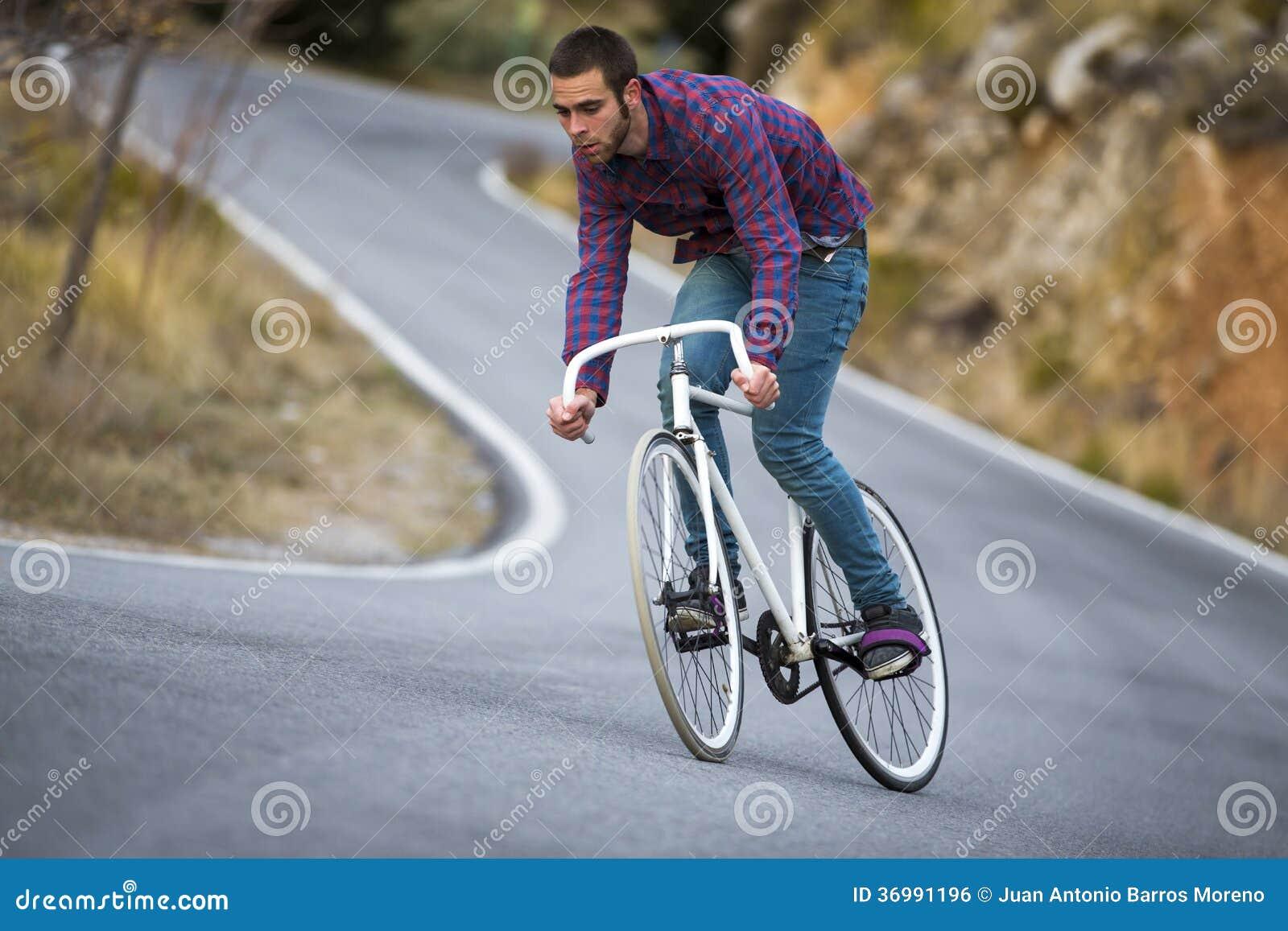 Vélo fixe de monte de sport de vitesse d homme de cycliste dans le jour ensoleillé