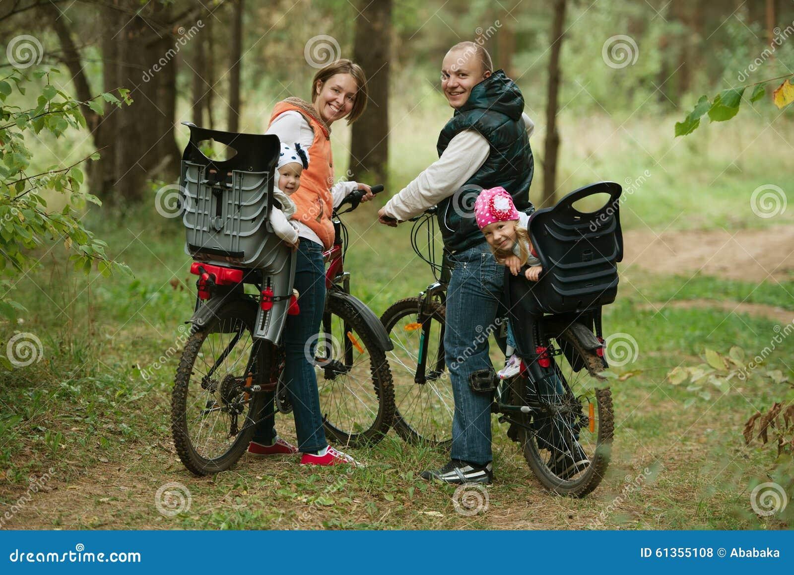 Vélo heureux d équitation de famille en bois