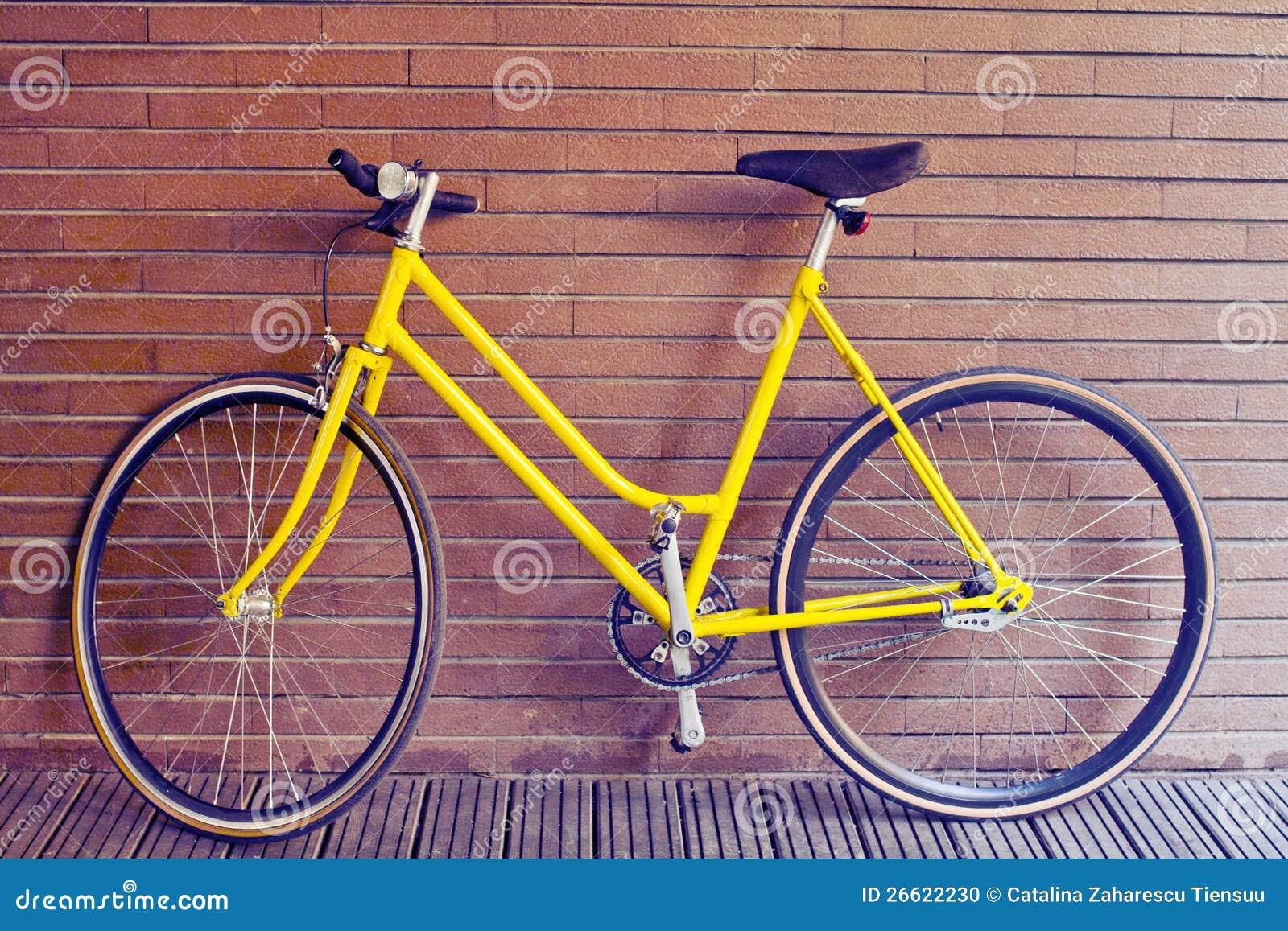 Vélo jaune de cru