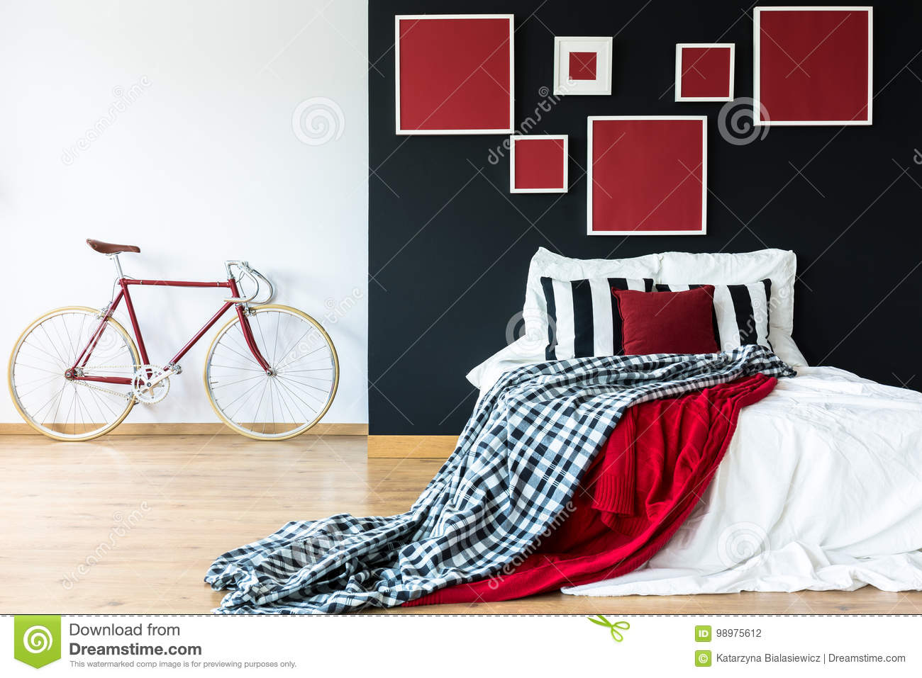 Vélo Rouge Contre Le Mur Blanc Photo stock - Image du ...