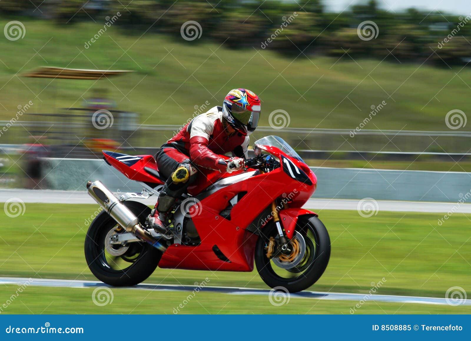 Vélo rouge sur la piste