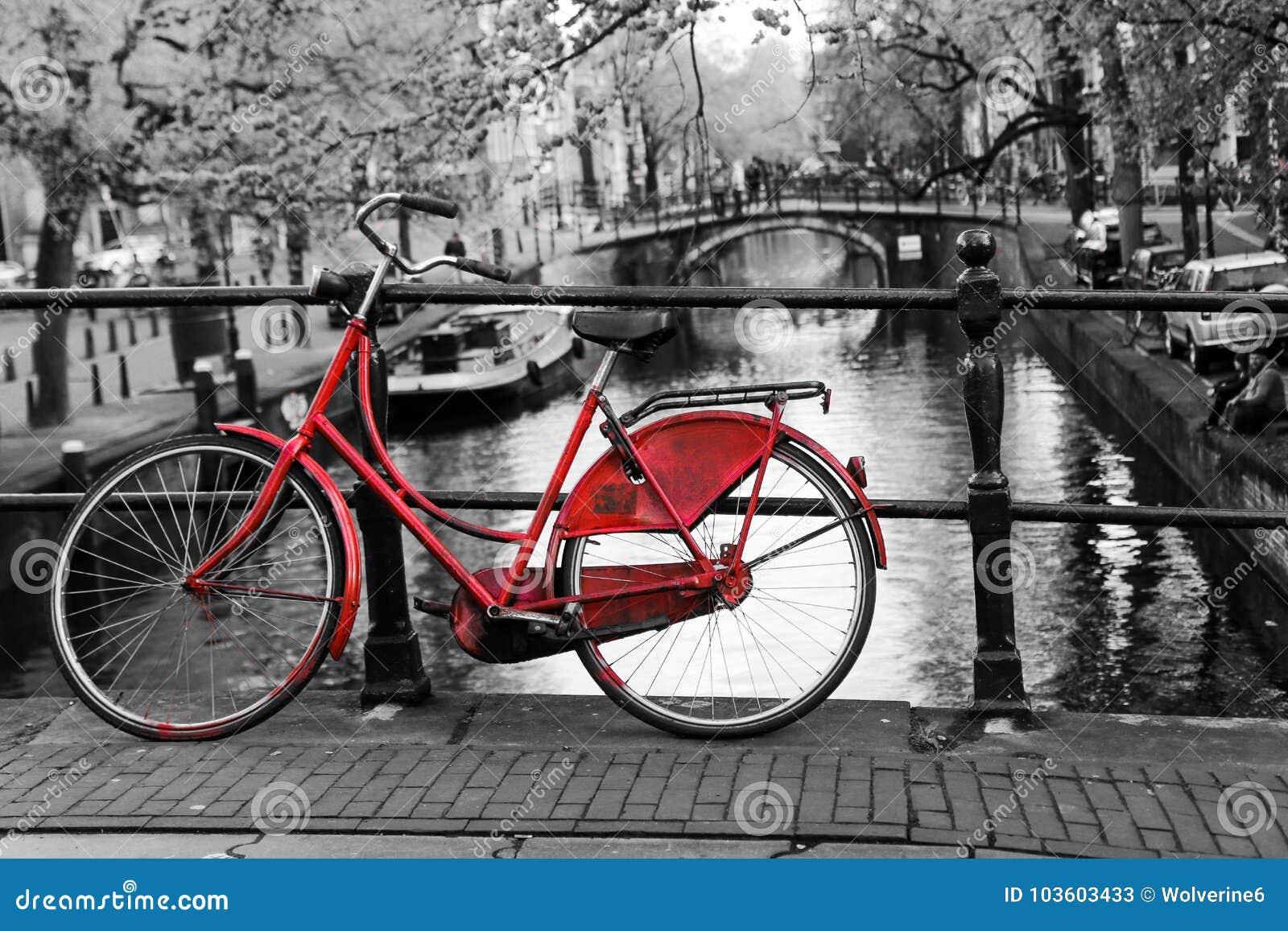 Vélo rouge sur le pont