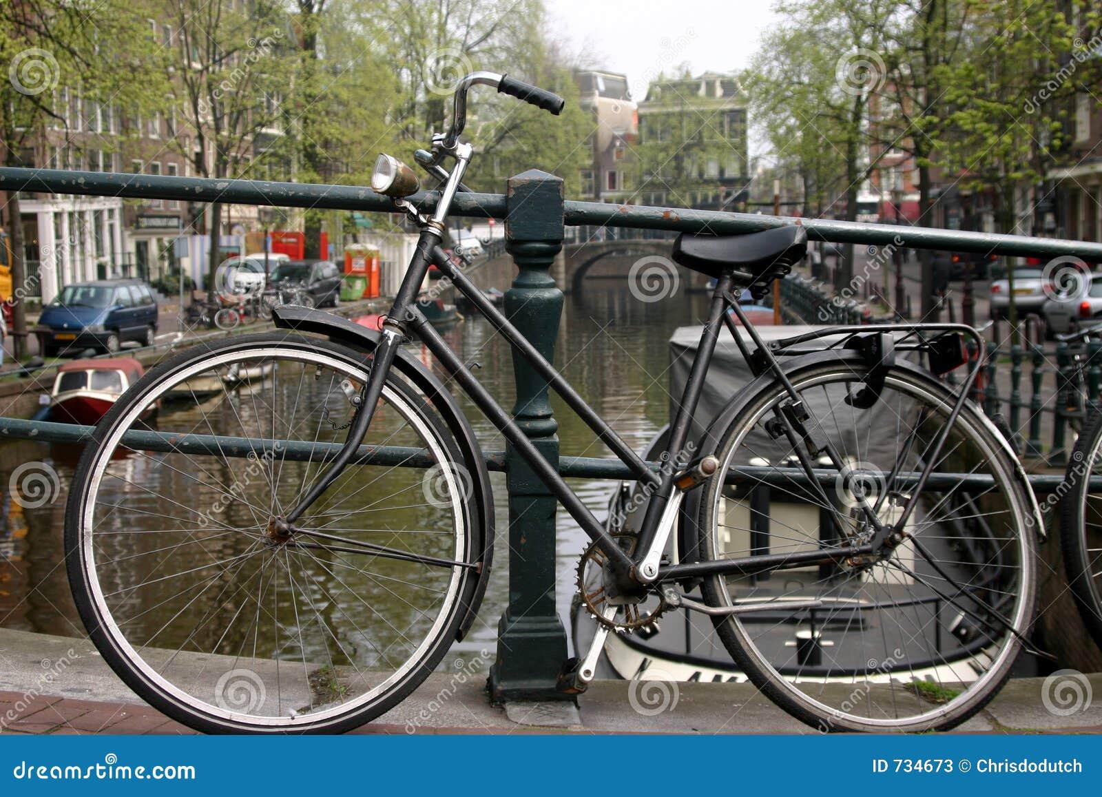 Vélo sur le canal d Amsterdam