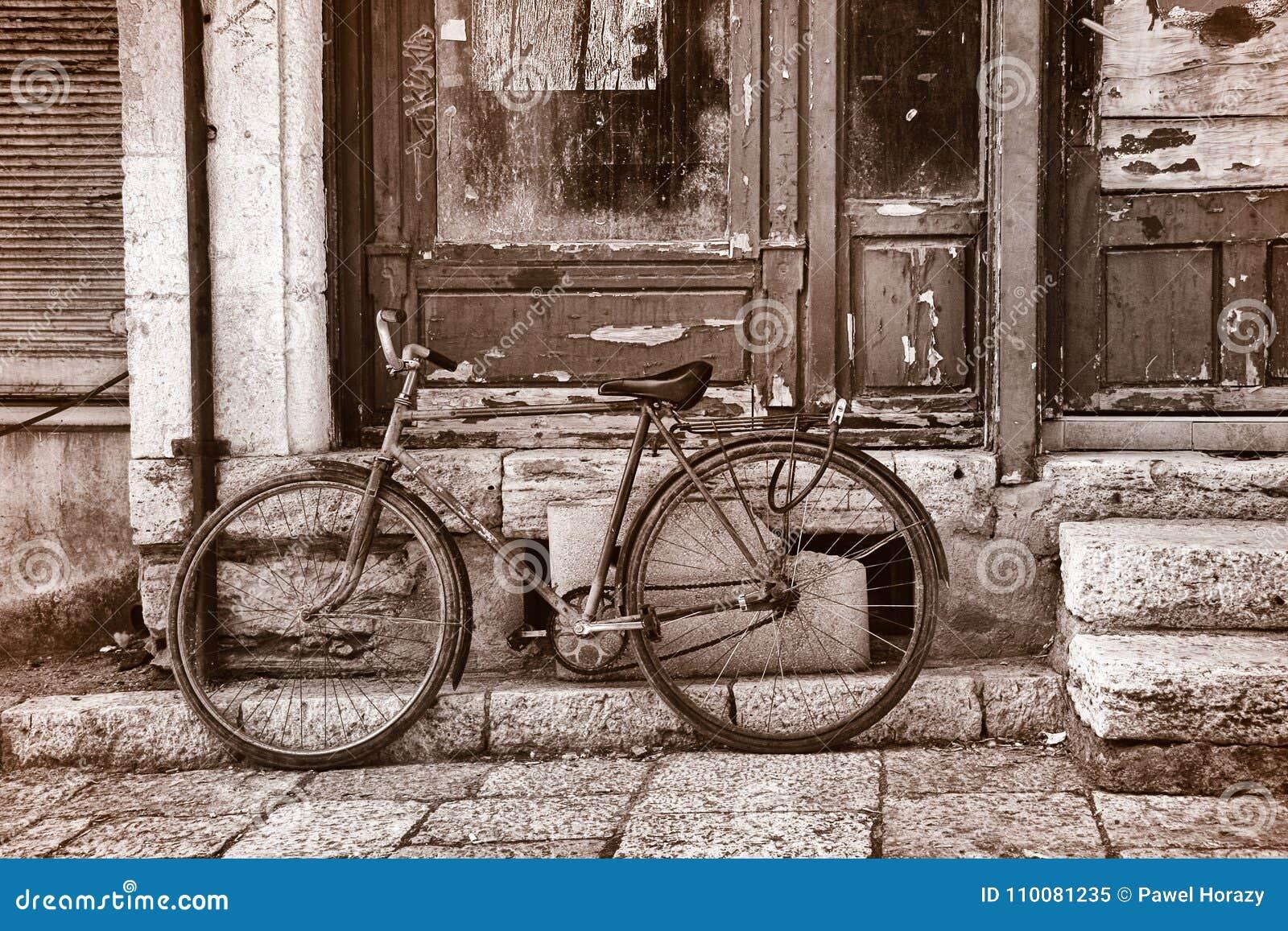 Vélo sur une rue à Tirana