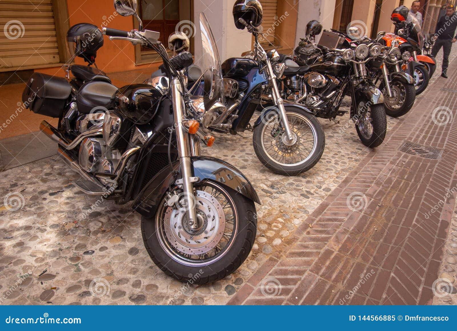 Vélos de motos de cru et voitures de sport superbes
