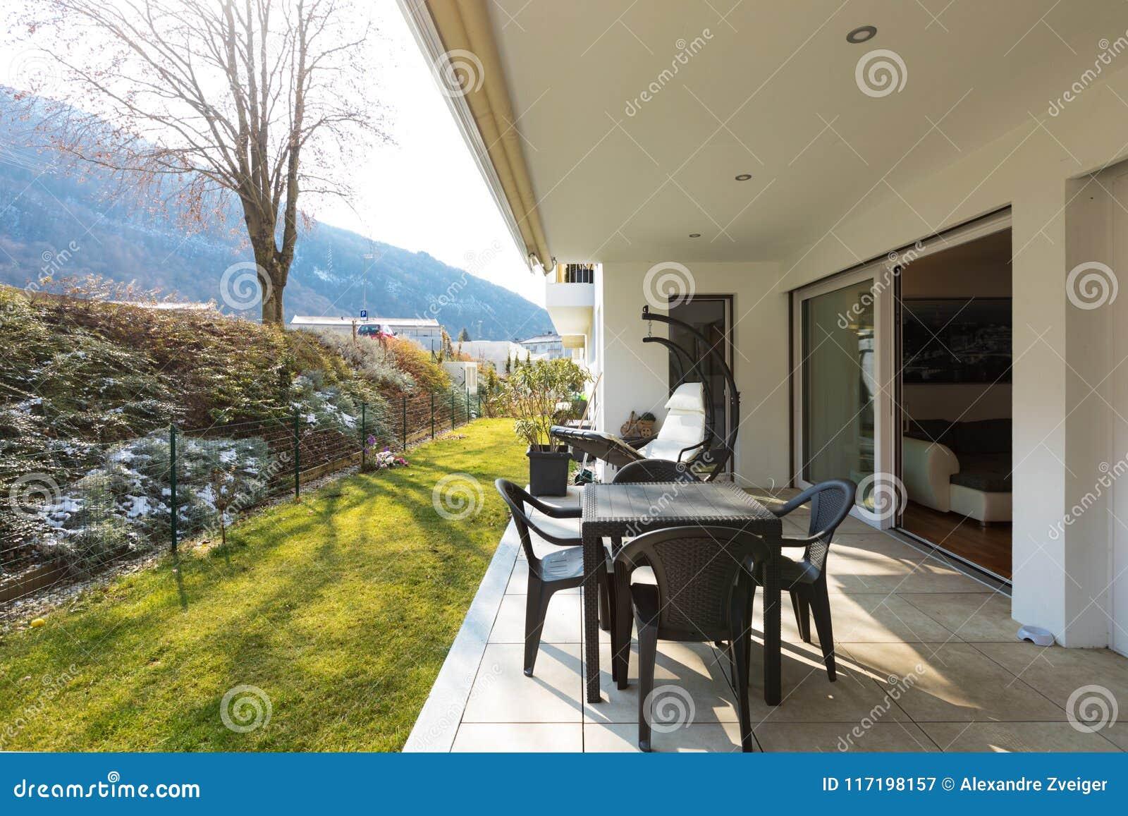 Véranda De Jardin Extérieur véranda avec le jardin et les meubles extérieurs image stock