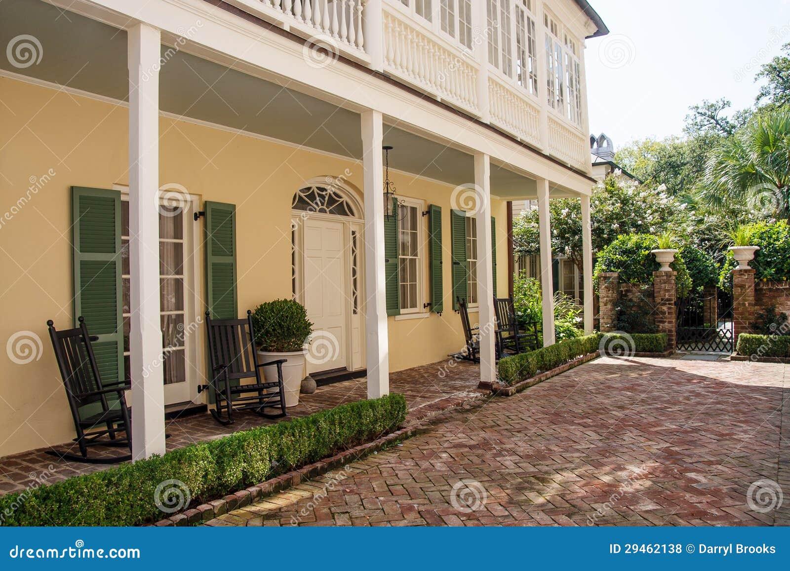 V randa de brique sur la maison jaune et verte photos for Veranda ouverte sur la maison