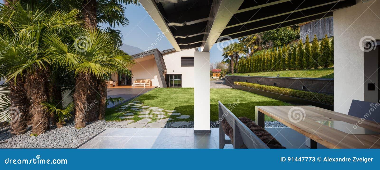 Veranda De Villa Moderne Donnant Sur Le Jardin Image Stock
