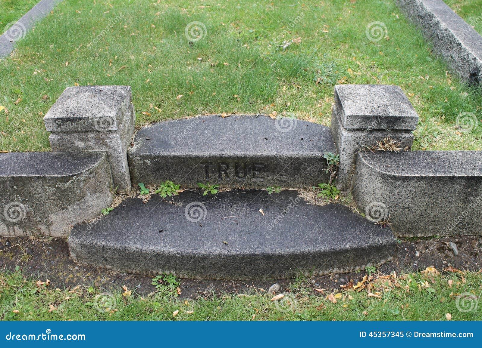 Véritables étapes de marbre dans le vieux cimetière
