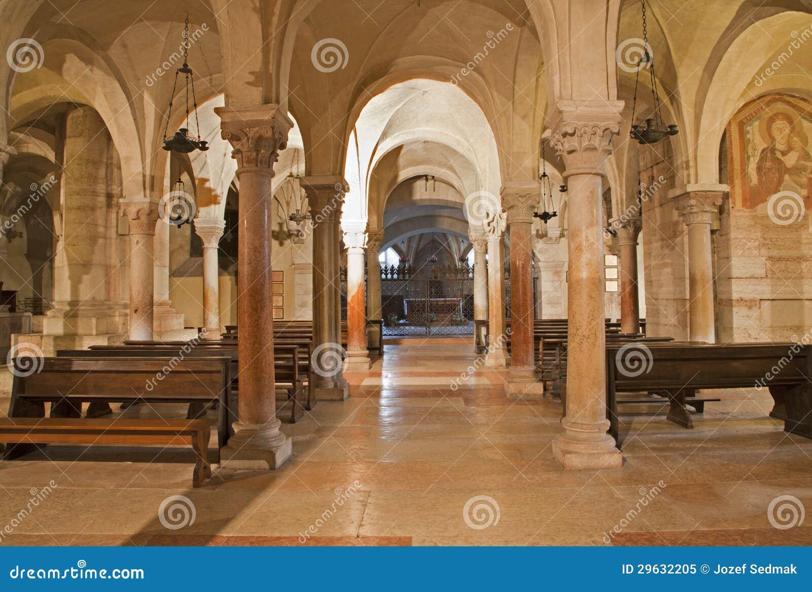 Vérone - église romane inférieure dans la basilique San Zénon