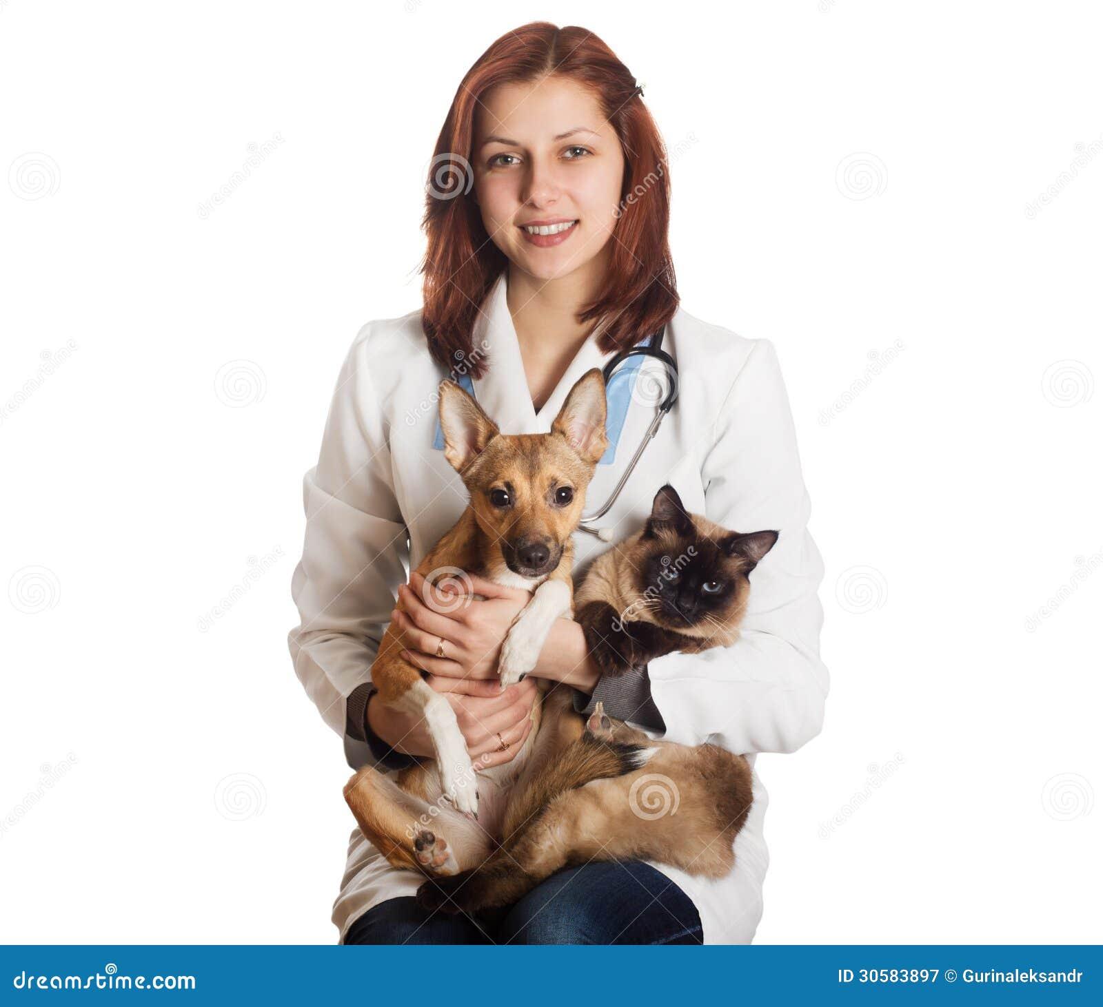 Vétérinaire de femme avec des animaux familiers