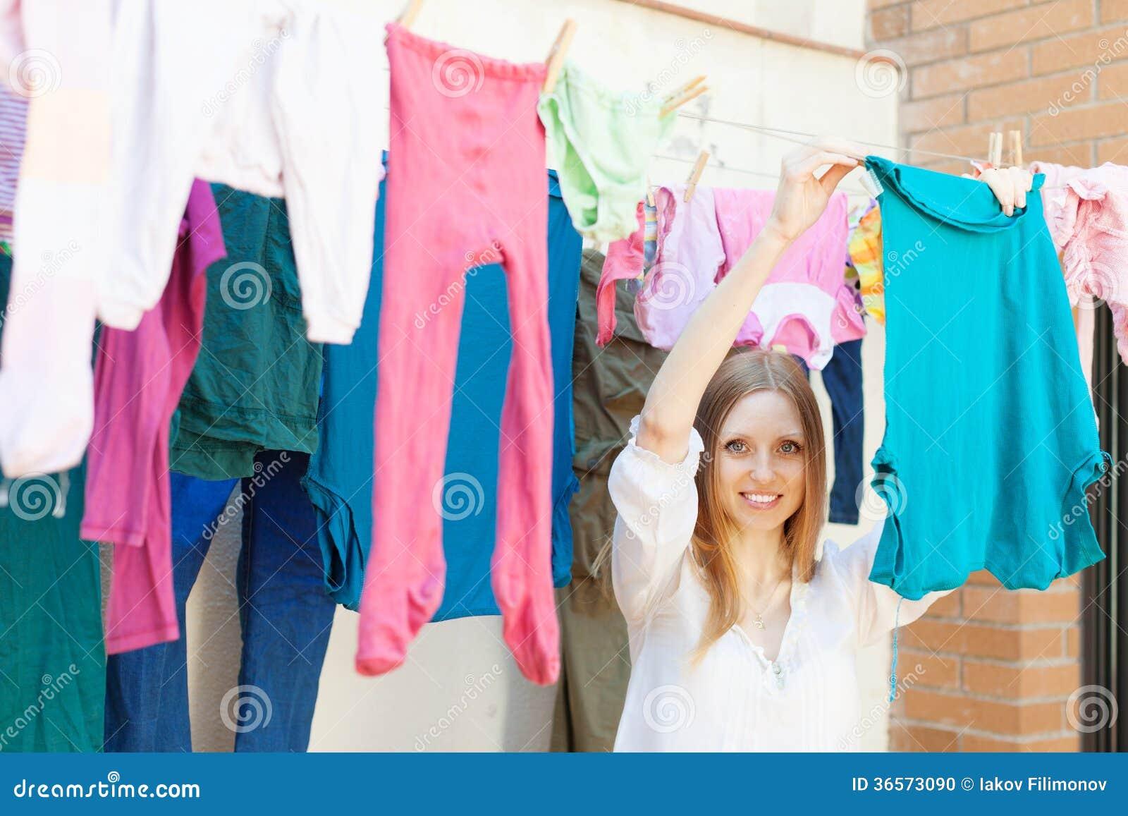 Vêtements accrochants de fille à sécher