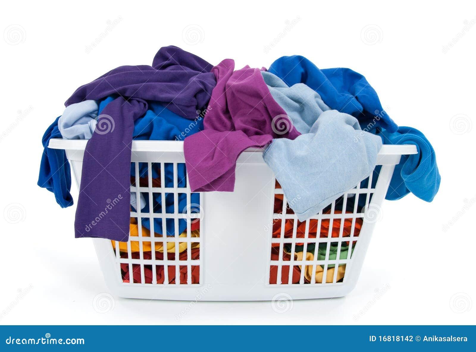 Vêtements dans le panier de blanchisserie. Bleu, indigo, pourpré.