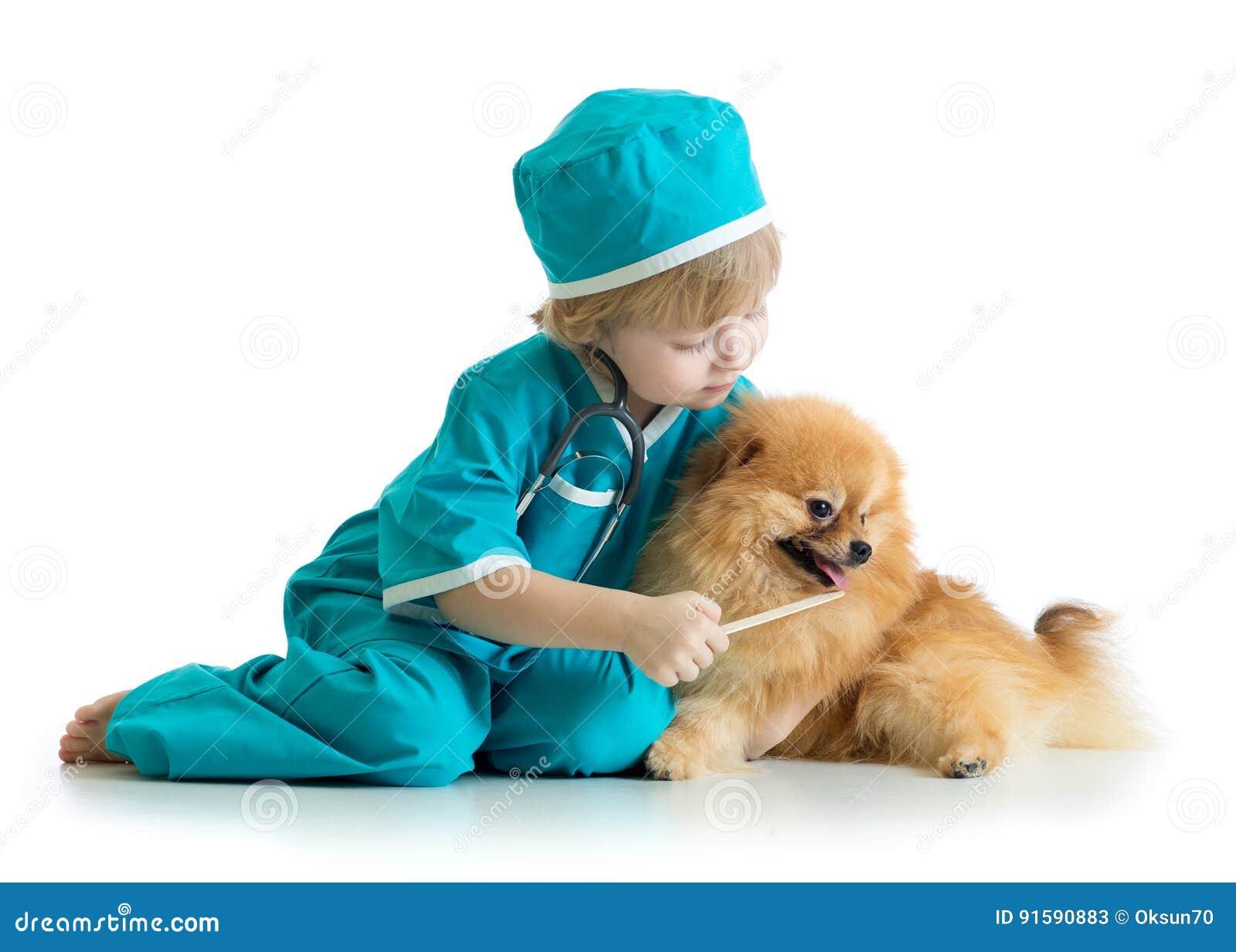 Vêtements de docteur weared par enfant jouant le vétérinaire