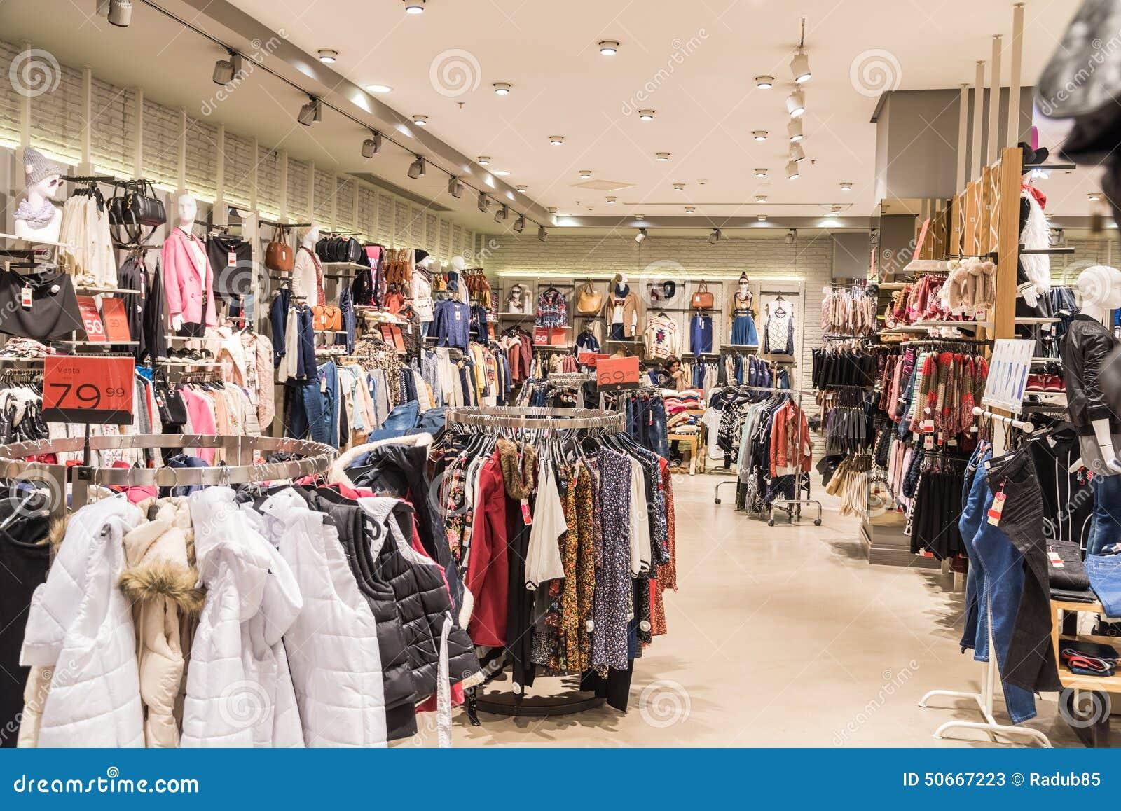 v tements de femme dans le magasin de centre commercial l 39 int rieur photo stock ditorial. Black Bedroom Furniture Sets. Home Design Ideas