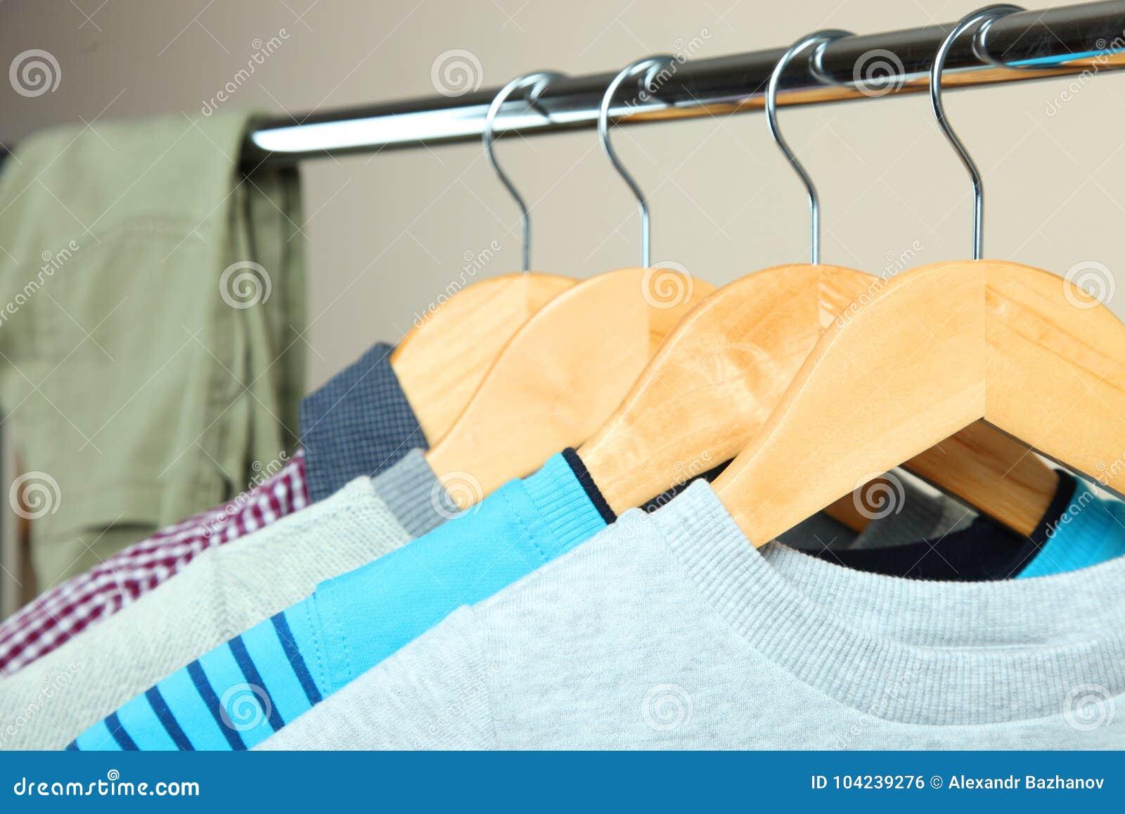 Vêtements du ` s d enfants sur un cintre