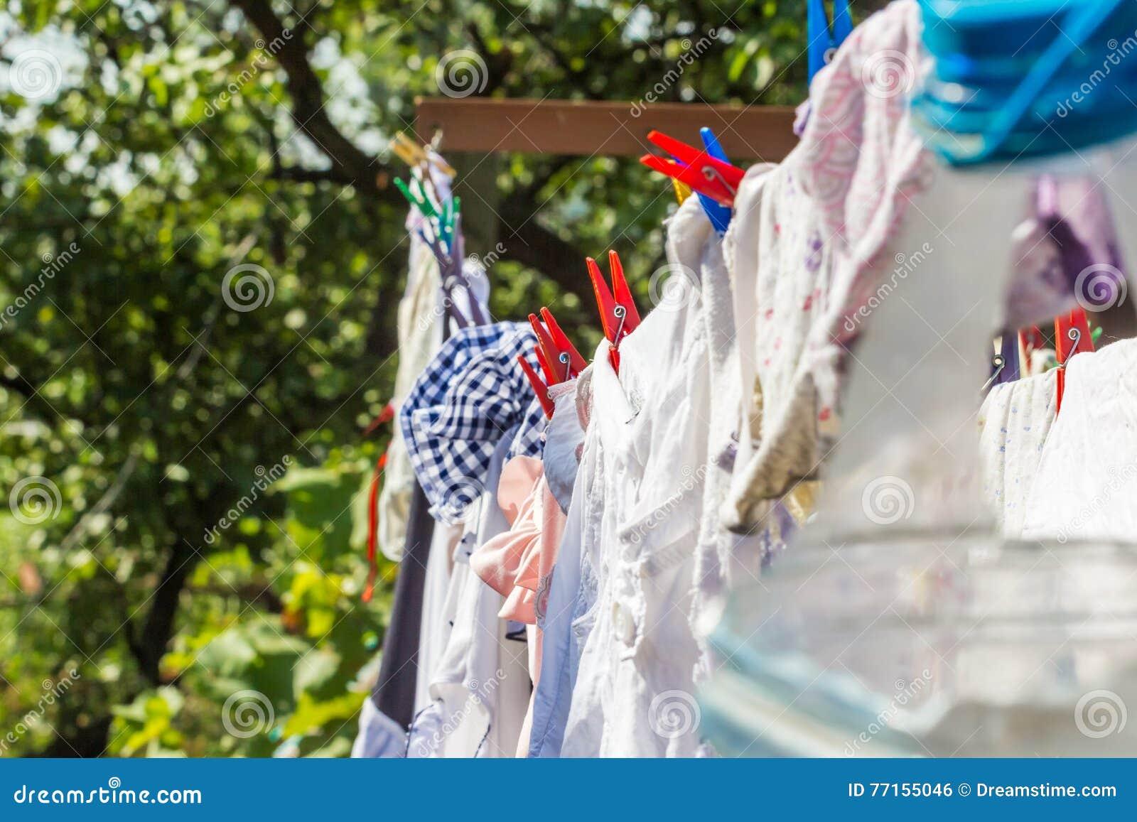 Vêtements humides avec des pinces à linge sur la corde