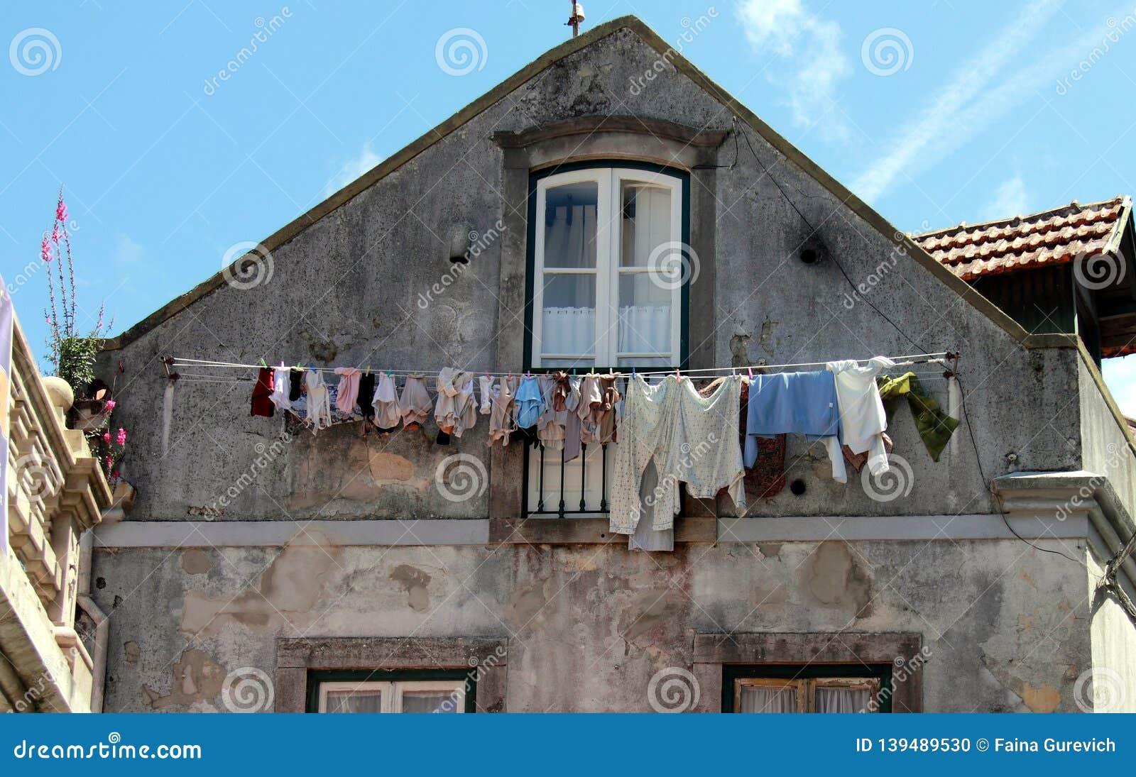 Vêtements lavés séchant dans la vieille ville portugaise